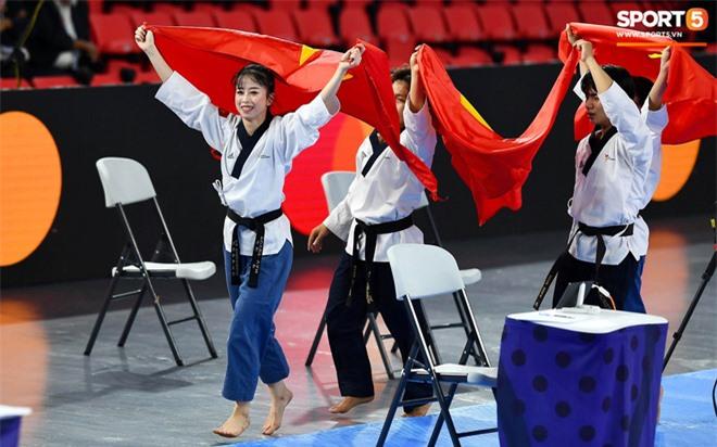 Các hotgirl Taekwondo bật khóc, vui mừng khôn xiết sau khi giành huy chương vàng cho đoàn thể thao Việt Nam tại SEA Games - Ảnh 9.