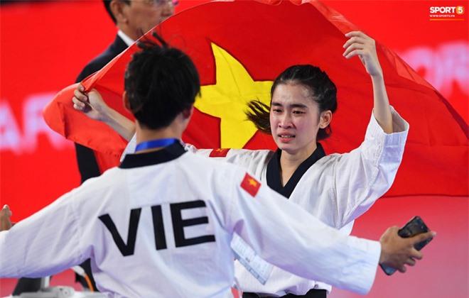 Các hotgirl Taekwondo bật khóc, vui mừng khôn xiết sau khi giành huy chương vàng cho đoàn thể thao Việt Nam tại SEA Games - Ảnh 3.