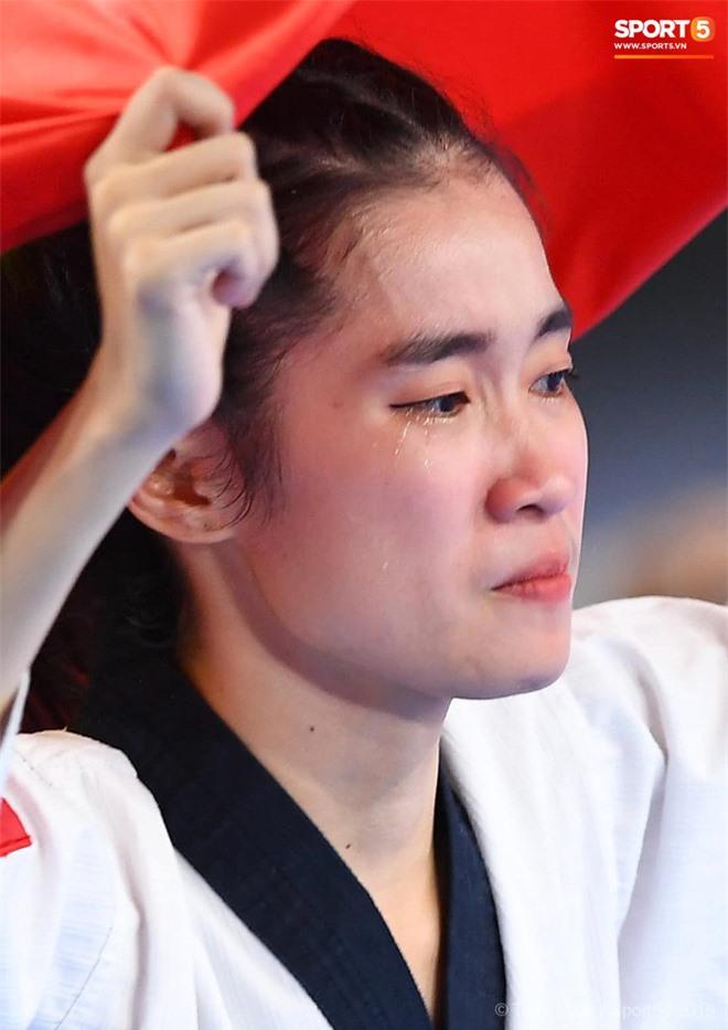 Các hotgirl Taekwondo bật khóc, vui mừng khôn xiết sau khi giành huy chương vàng cho đoàn thể thao Việt Nam tại SEA Games - Ảnh 4.
