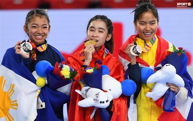Các hotgirl Taekwondo bật khóc, vui mừng khôn xiết sau khi giành huy chương vàng cho đoàn thể thao Việt Nam tại SEA Games - Ảnh 5.