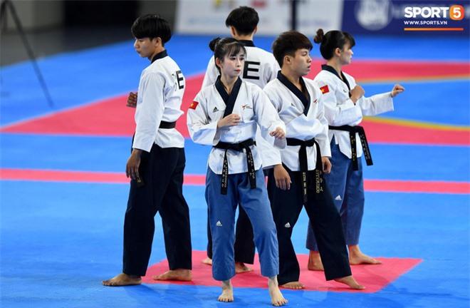 Các hotgirl Taekwondo bật khóc, vui mừng khôn xiết sau khi giành huy chương vàng cho đoàn thể thao Việt Nam tại SEA Games - Ảnh 6.