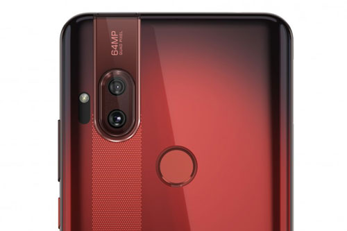 Motorola One Hyper sở hữu camera kép ở mặt lưng. Cảm biến chính 64 MP, khẩu độ f/1.9 cho khả năng lấy nét theo pha, lấy nét bằng laser. Cảm biến thứ hai 8 MP, f/2.2 cho ống kính góc rộng 118 độ. Máy được trang bị đèn flash LED, tích hợp công nghệ Quad Pixel giúp gom 4 điểm ảnh làm 1 để tạo ra tấm hình có độ chi tiết cao. One Hyper cho khả năng quay video 4K.