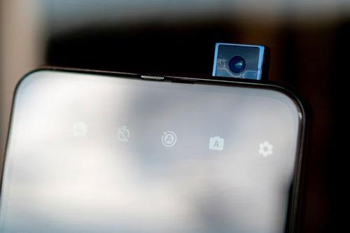 Máy ảnh selfie pop-up độ phân giải 32 MP, khẩu độ f/2.0.