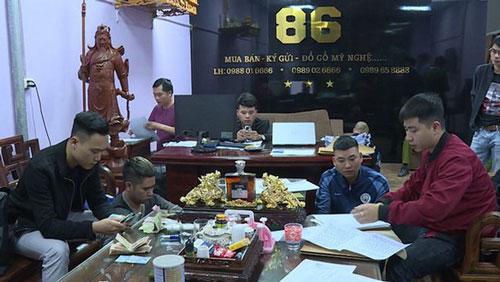Lực lượng công an tiến hành bắt quả tang các đối tượng tại quán cầm đồ 86 của Nguyễn Như Trường. (Ảnh: Dân trí)
