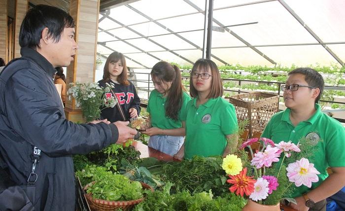 Phiên chợ nông nghiệp hữu cơ với nhiều sản phẩm đặc trưng của các bạn trẻ Đà Lạt luôn nhận được sự quan tâm của nhiều người (Ảnh: VH)