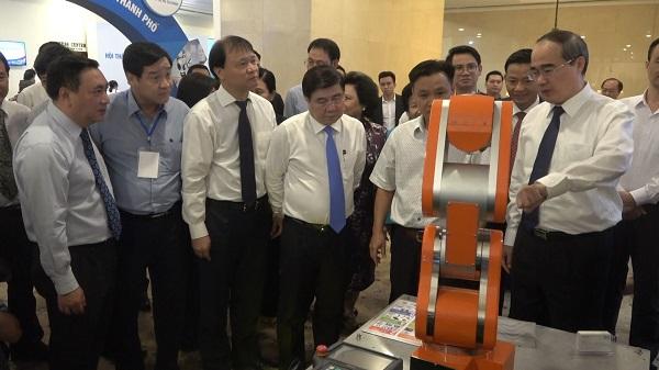 Các đại biểu tham quan gian hàng sản phẩm công nghiệp chủ lực của TP.HCM.