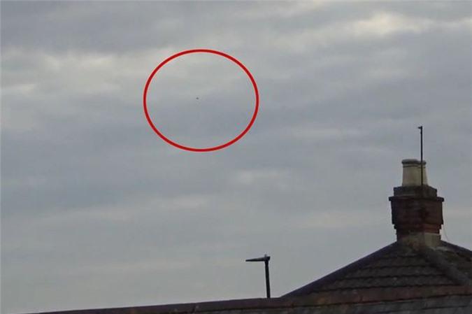 Vat the la giong UFO hinh quai vat lung gu gay soc-Hinh-2