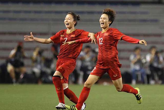 Các cầu thủ của tuyển nữ Việt Nam ăn mừng bàn thắng.
