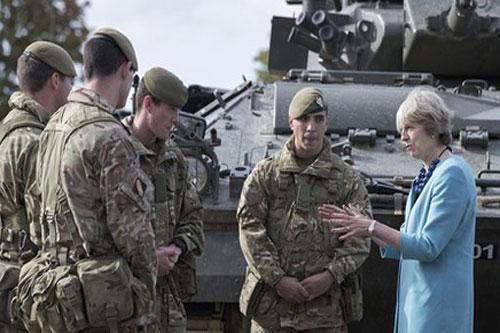 Cựu Thủ tướng Anh Theresa May gặp gỡ các quân nhân Anh vào năm 2016.