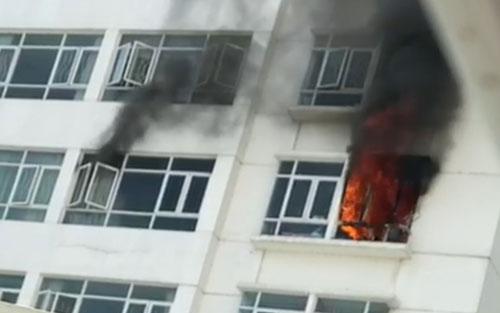 Cháy căn hộ chung cư, hàng trăm cư dân hoảng loạn tháo chạy