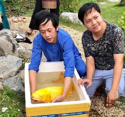 Sau quãng thời gian vắt sức chạy show, danh hài Hoài Linh dành phần lớn thời gian chăm sóc vườn cây, ao cá trong khu nhà tờ Tổ trăm tỷ của anh ở Sài Gòn.
