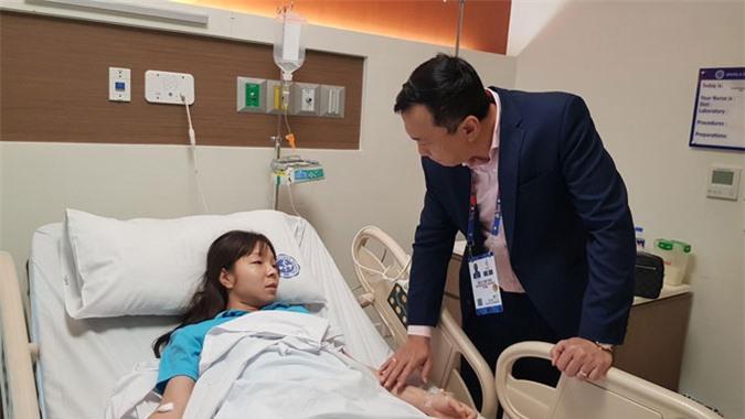 Phó chủ tịch VFF - ông Trần Quốc Tuấn thăm hỏi Hồng Nhung tại bệnh viện - Ảnh: Trí Công