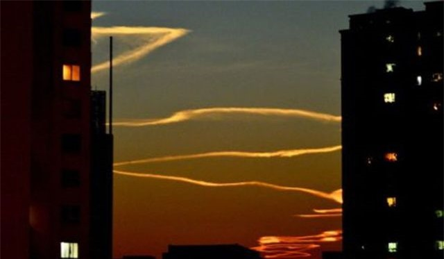 Vệt khói gấp khúc trên bầu trời Trung Quốc gây xôn xao - 1