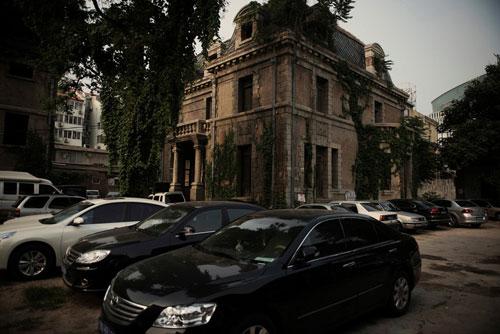 Số 81 Triều Nội, hay còn gọi là nhà thờ Triều Nội, là ngôi nhà ma ám nổi tiếng nhất thủ đô Bắc Kinh, Trung Quốc. Tòa nhà được xây vào đầu thế kỷ 20, theo lối kiến trúc Baroque của Pháp. Trước năm 1965, địa chỉ của tòa nhà là số 69. Vì hồ sơ lịch sử không đầy đủ, không ai có thể xác định người đã xây công trình này cũng như mục đích sử dụng. Ảnh: The New York Times.
