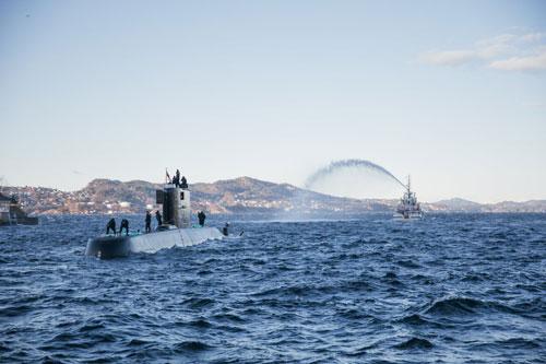 Hải quân Na Uy phối hợp với nhà máy đóng tàu đã đưa tàu ngầm KNM Utvær, lớp Ula trở lại hoạt động sau 2 năm nâng cấp. Việc tàu ngầm Utvær trở lại hoạt động có ý nghĩa rất quan trọng với hải quân Na Uy trong việc duy trì khả năng giám sát dưới mặt nước ở vùng biển của nước này. Ảnh:Sjøforsvaret.