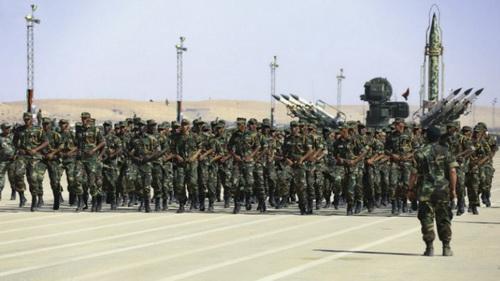 Các binh sĩ LNA chạy bộ qua hệ thống tên lửa đất đối không 2K12 trong cuộc diễu hành tháng 5 năm 2018. Nguồn: Quân đội quốc gia Libya.