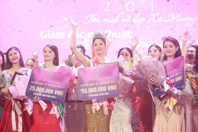 Người đẹp xứ Mường 2019 Nguyễn Hàm Hương trong giây phút đăng quang