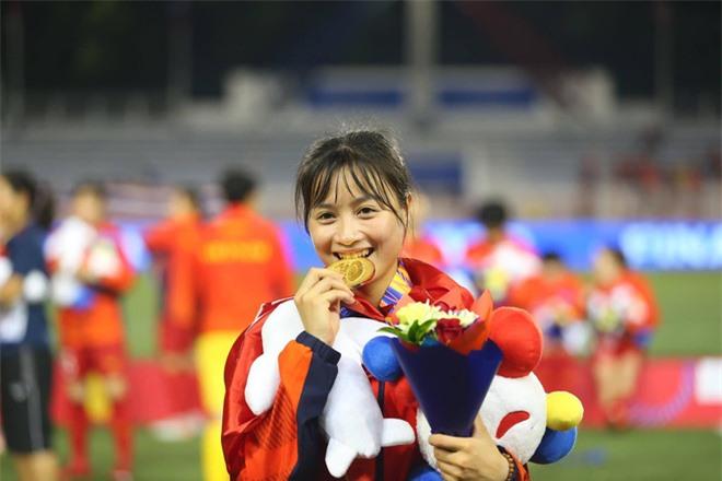 Cầu thủ Hoàng Thị Loan tiết lộ bí quyết giúp đội tuyển bóng đá nữ vô địch SEA Games: nghe nhạc Sơn Tùng M-TP, nhạc sàn trước trận đấu! - Ảnh 2.