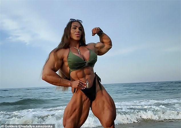 Cô gái vô địch thể hình thế giới không quan tâm lắm chuyện cơ bắp của chồng nhỏ hơn mình - Ảnh 1.