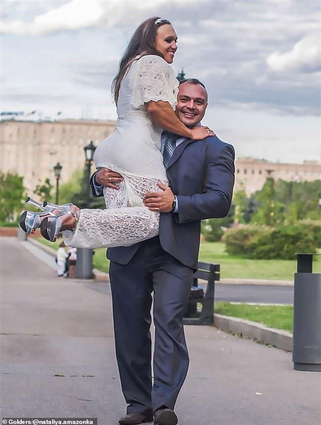 Cô gái vô địch thể hình thế giới không quan tâm lắm chuyện cơ bắp của chồng nhỏ hơn mình - Ảnh 6.