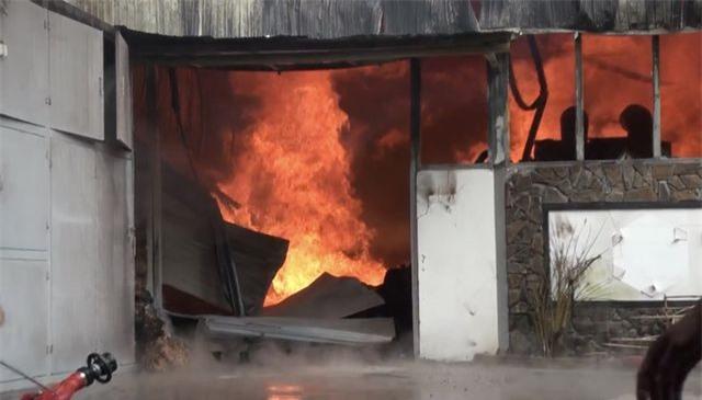 Xưởng gỗ nằm gần kho gas bốc cháy ngùn ngụt - 2