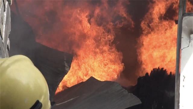 Xưởng gỗ nằm gần kho gas bốc cháy ngùn ngụt - 3