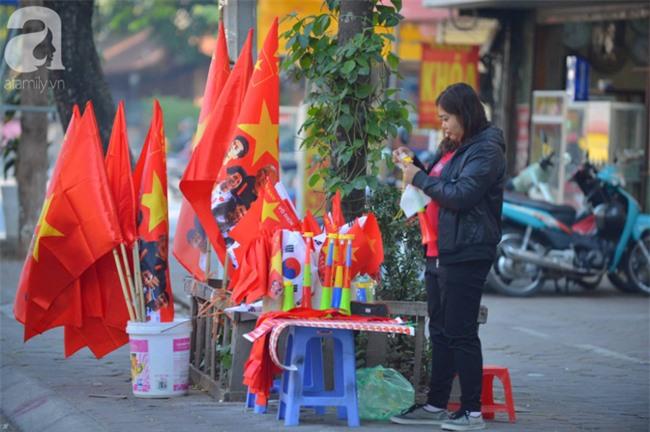 Đường phố bày ngập kèn, cờ, nhiều nơi dựng màn hình Led siêu khủng sẵn sàng cổ vũ tuyển U22 Việt Nam - Ảnh 1.