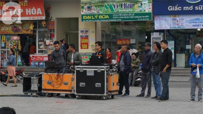 Đường phố bày ngập kèn, cờ, nhiều nơi dựng màn hình Led siêu khủng sẵn sàng cổ vũ tuyển U22 Việt Nam - Ảnh 10.