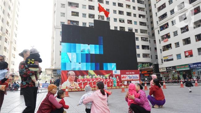 Đường phố bày ngập kèn, cờ, nhiều nơi dựng màn hình Led siêu khủng sẵn sàng cổ vũ tuyển U22 Việt Nam - Ảnh 11.