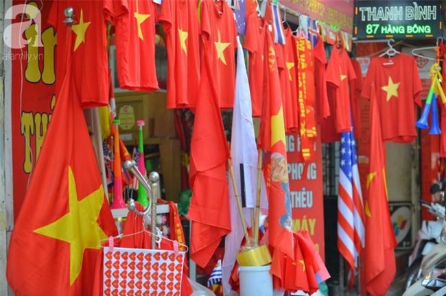 Đường phố bày ngập kèn, cờ, nhiều nơi dựng màn hình Led siêu khủng sẵn sàng cổ vũ tuyển U22 Việt Nam - Ảnh 2.