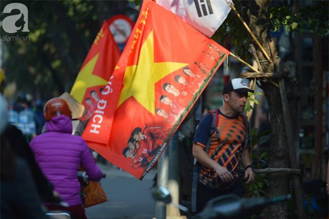 Đường phố bày ngập kèn, cờ, nhiều nơi dựng màn hình Led siêu khủng sẵn sàng cổ vũ tuyển U22 Việt Nam - Ảnh 3.