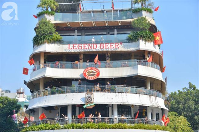 Đường phố bày ngập kèn, cờ, nhiều nơi dựng màn hình Led siêu khủng sẵn sàng cổ vũ tuyển U22 Việt Nam - Ảnh 4.