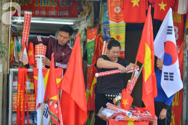 Đường phố bày ngập kèn, cờ, nhiều nơi dựng màn hình Led siêu khủng sẵn sàng cổ vũ tuyển U22 Việt Nam - Ảnh 5.