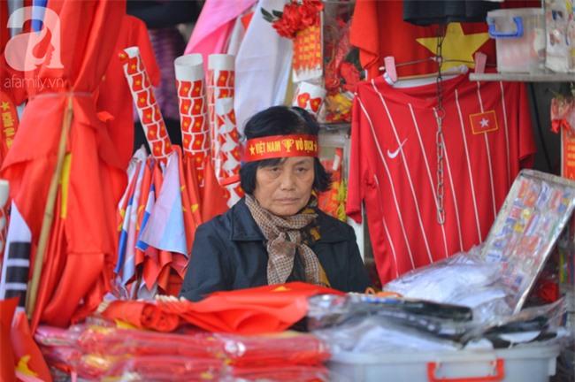 Đường phố bày ngập kèn, cờ, nhiều nơi dựng màn hình Led siêu khủng sẵn sàng cổ vũ tuyển U22 Việt Nam - Ảnh 6.
