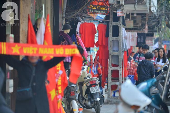 Đường phố bày ngập kèn, cờ, nhiều nơi dựng màn hình Led siêu khủng sẵn sàng cổ vũ tuyển U22 Việt Nam - Ảnh 8.
