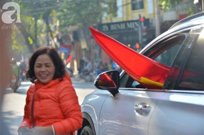 Đường phố bày ngập kèn, cờ, nhiều nơi dựng màn hình Led siêu khủng sẵn sàng cổ vũ tuyển U22 Việt Nam - Ảnh 9.