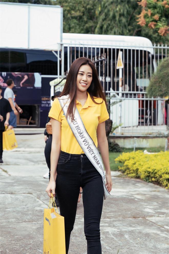 Hoa hậu Khánh Vân dễ thương hết mức, rạng rỡ đọ nhan sắc đời thường cùng hai Á hậu trong hoạt động đầu tiên sau đăng quang - Ảnh 2.