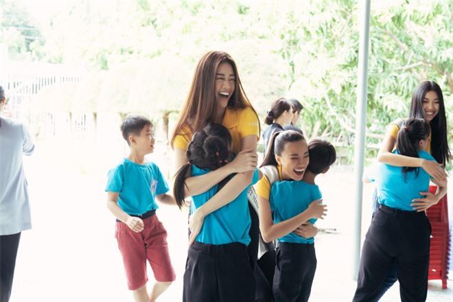 Hoa hậu Khánh Vân dễ thương hết mức, rạng rỡ đọ nhan sắc đời thường cùng hai Á hậu trong hoạt động đầu tiên sau đăng quang - Ảnh 5.