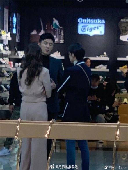 Lộ cảnh Hoàng Cảnh Du ôm vai Địch Lệ Nhiệt Ba, vừa đi mỹ nữ Tân Cương vừa che mặt cực đáng yêu  - Ảnh 3.