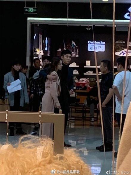 Lộ cảnh Hoàng Cảnh Du ôm vai Địch Lệ Nhiệt Ba, vừa đi mỹ nữ Tân Cương vừa che mặt cực đáng yêu  - Ảnh 4.