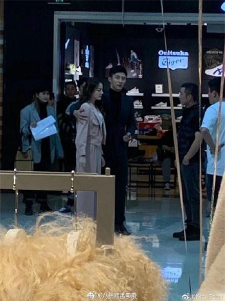 Lộ cảnh Hoàng Cảnh Du ôm vai Địch Lệ Nhiệt Ba, vừa đi mỹ nữ Tân Cương vừa che mặt cực đáng yêu  - Ảnh 5.