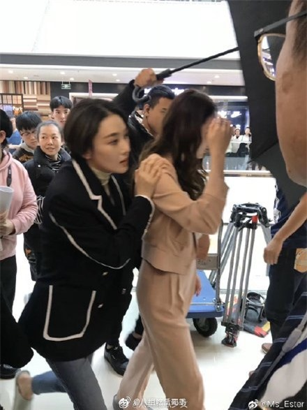 Lộ cảnh Hoàng Cảnh Du ôm vai Địch Lệ Nhiệt Ba, vừa đi mỹ nữ Tân Cương vừa che mặt cực đáng yêu  - Ảnh 7.