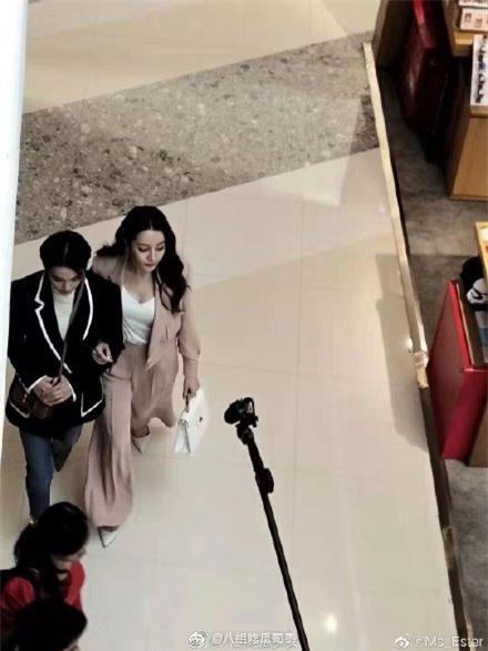 Lộ cảnh Hoàng Cảnh Du ôm vai Địch Lệ Nhiệt Ba, vừa đi mỹ nữ Tân Cương vừa che mặt cực đáng yêu  - Ảnh 8.
