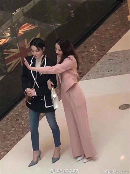 Lộ cảnh Hoàng Cảnh Du ôm vai Địch Lệ Nhiệt Ba, vừa đi mỹ nữ Tân Cương vừa che mặt cực đáng yêu  - Ảnh 9.