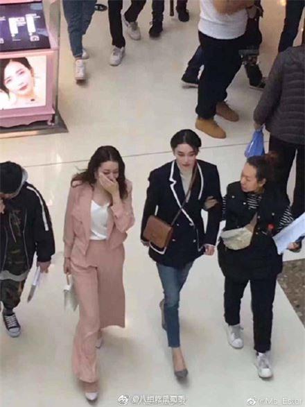 Lộ cảnh Hoàng Cảnh Du ôm vai Địch Lệ Nhiệt Ba, vừa đi mỹ nữ Tân Cương vừa che mặt cực đáng yêu  - Ảnh 10.