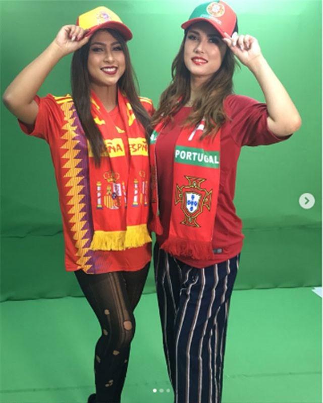 Chưa hết, Maria Ozawa còn ngẫu hứng chụp hình với áo truyền thống của ĐT Bồ Đào Nha.