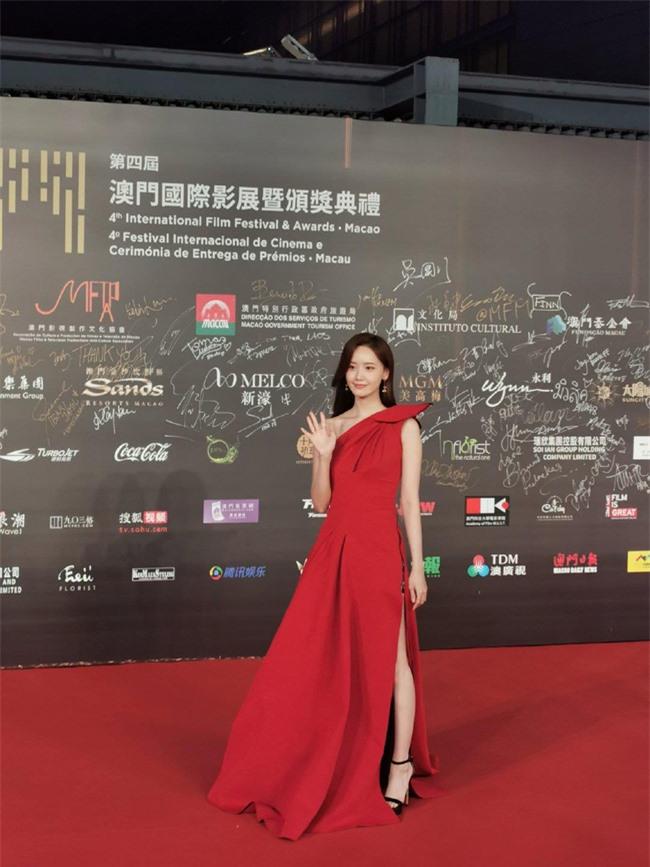 Thảm đỏ LHP quốc tế Macau 2019: YoonA xinh đẹp làm lu mờ dàn sao Hoa ngữ  - Ảnh 2.