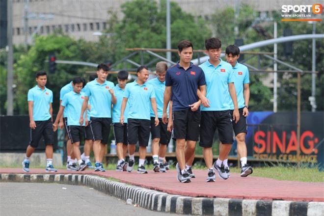 U22 Việt Nam đi bộ khởi động giữa buổi trưa nóng nực trong ngày diễn ra trận chung kết SEA Games 30 - Ảnh 2.