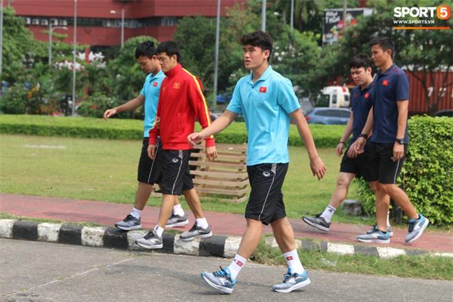 U22 Việt Nam đi bộ khởi động giữa buổi trưa nóng nực trong ngày diễn ra trận chung kết SEA Games 30 - Ảnh 3.