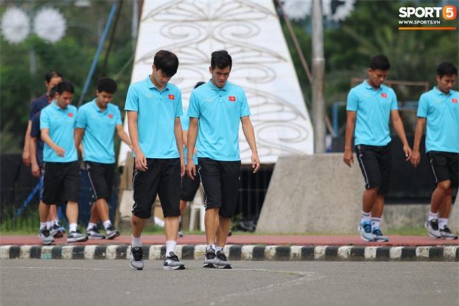 U22 Việt Nam đi bộ khởi động giữa buổi trưa nóng nực trong ngày diễn ra trận chung kết SEA Games 30 - Ảnh 5.